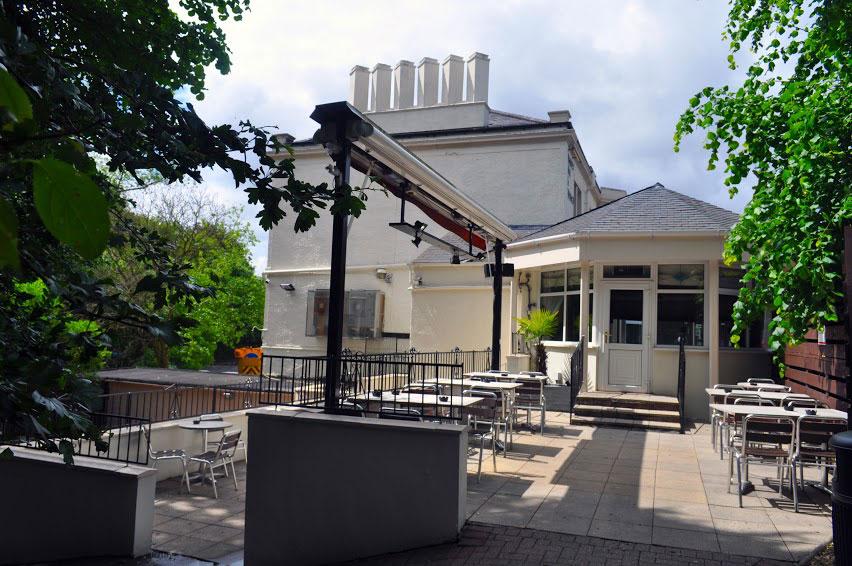 tudor-hotel-beergarden
